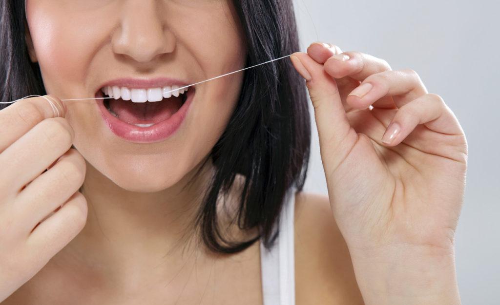 Fio-dental-como-passar-corretamente